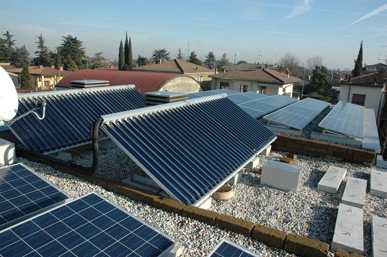pannelli solari termici e fotovoltaici tetto edificio