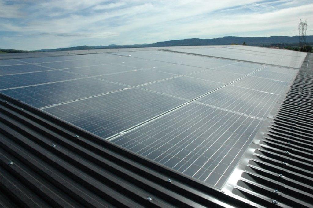 pannello fotovoltaico su tetto edificio