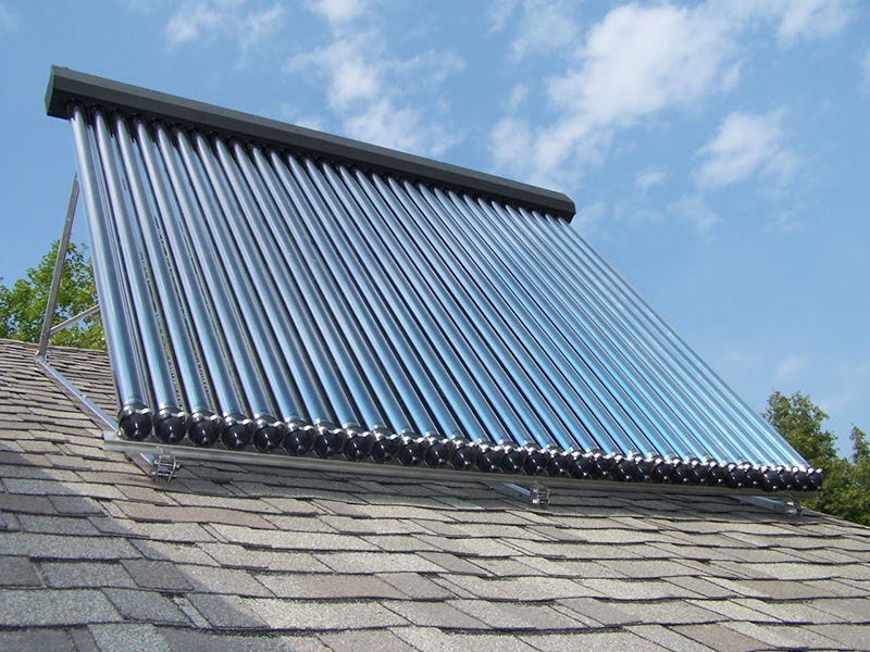 pannello solare termico su tetto abitazione